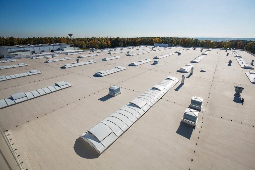 świetliki łukowe aluco skylight therm na dachu hali produkcyjnej