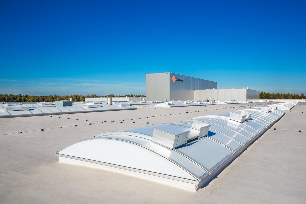 świetliki dachowe na dachu hali przemysłowej