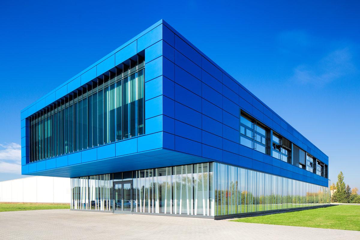 ślusarka aluminiowa na budynku fabryki szkła scholglas