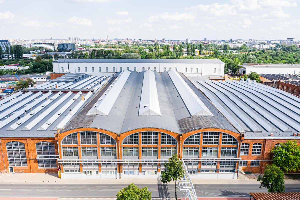 świetliki dachowe na budynku przemysłowym fabryki