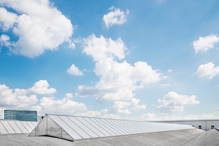 trójkątne świetliki dachowe na hali przemysłowe