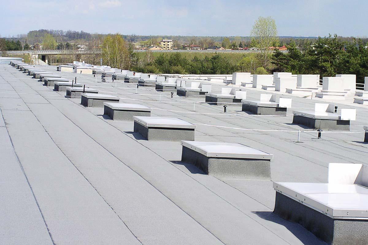 świetliki punktowe na dachu budynku przemysłowego