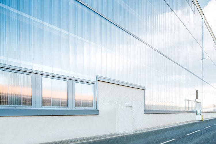 fasada poliwęgloanowa hala przemysłowa